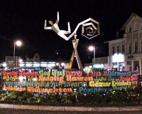 Weihnachtsgestaltung des Dalbergkreisels in Frankfurt-Höchst, Ansicht bei Nacht
