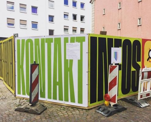 Gestaltung des Bauzauns am Ettinghausenplatz, Frankfurt-Höchst, Ansicht des Banners auf der Südwestseite mit Platz für Informationen