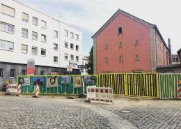 Gestaltung des Bauzauns am Ettinghausenplatz, Frankfurt-Höchst, Ansicht der Westseite