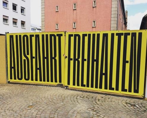 Gestaltung des Bauzauns am Ettinghausenplatz, Frankfurt-Höchst, Ansicht des Banners am Tor auf der Westseite