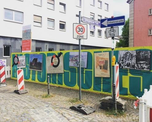 âGestaltung des Bauzauns am Ettinghausenplatz, Frankfurt-Höchst, Ansicht des Banners mit historischen Abbildungen und Informationen zum Platz